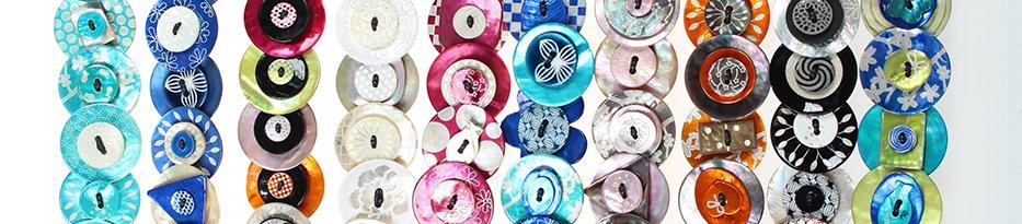 Des bracelets en boutons de nacre