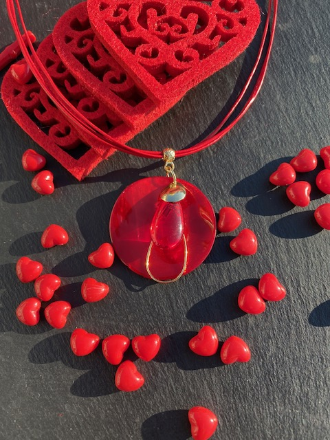 Un pendentif en nacre rouge pour la Saint Valentin